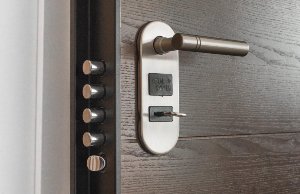Co wyróżnia drzwi przesuwne na tle innych?